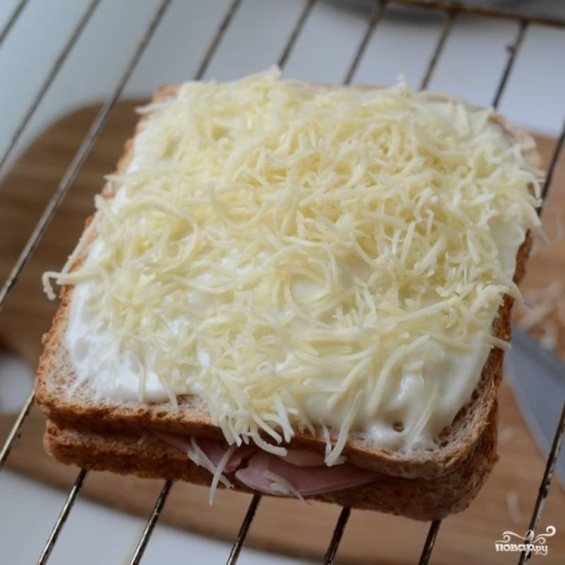 7. Выпекайте тост в разогретой до 180 градусов духовке в течение 10-15 минут.