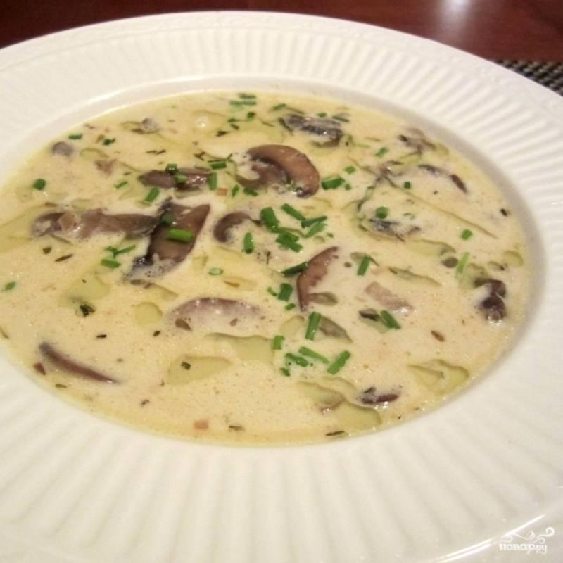 Сливочный грибной суп готов. Дайте ему настояться под крышкой 5-10 минут, после чего подавайте к столу, добавив уже в тарелку немного свежего зеленого лука. Приятного аппетита! ;)