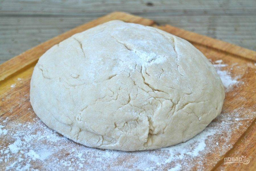 4.Сформируйте тесто в ком, накройте его пленкой или полотенцем и оставьте на полчаса.