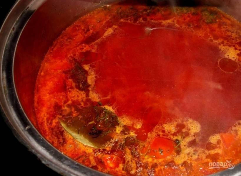5. Посолите и приправьте по вкусу. Я обычно добавляю несколько лавровых листов и черный перец. Вместо томатной пасты можно добавить домашний морс.