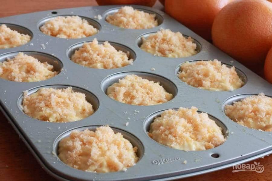12.Сверху каждого маффина добавьте сахар с цедрой.