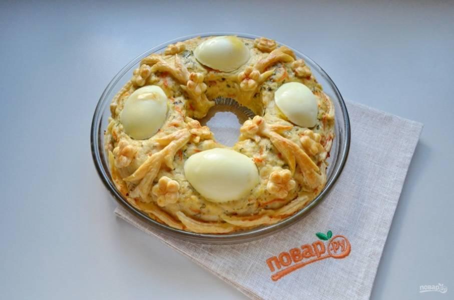 Готовый пирог немного остудите. Снимите с бумаги. В центре скапливается в процессе выпечки жидкость, это куриный бульон, его можно просто слить, а затем поливать им пирог. Порежьте пирог кусочками, подавайте его к столу теплым. Приятного аппетита!