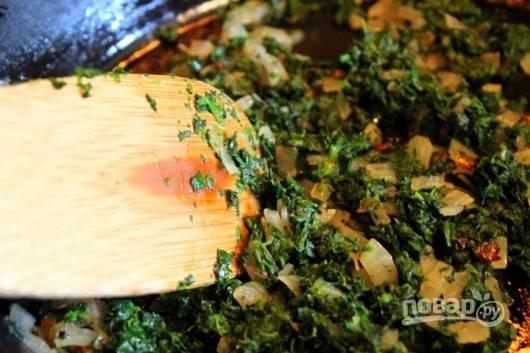 3. Добавьте к луку и обжарьте несколько минут,  помешивая. Посолите, поперчите, всыпьте немного мускатного ореха.