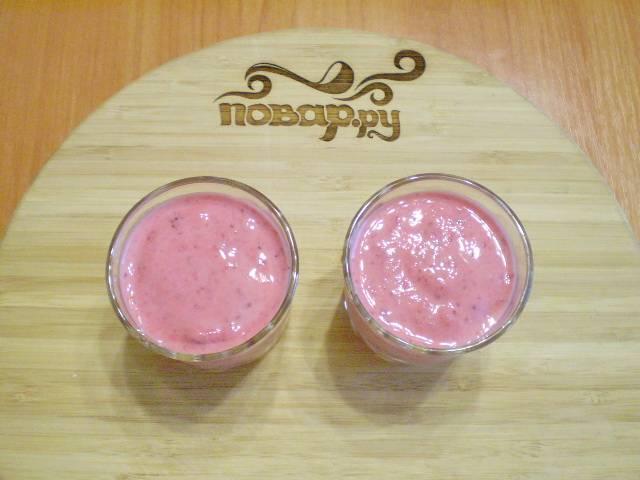 Готовый кефир с ягодами разливаем по стаканчикам и подаем. Приятного!