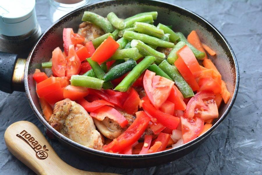 Затем всыпьте к мясу кусочки помидор, сладкого перца и зеленой стручковой фасоли. Фасоль можете использовать как свежую, так и замороженную.