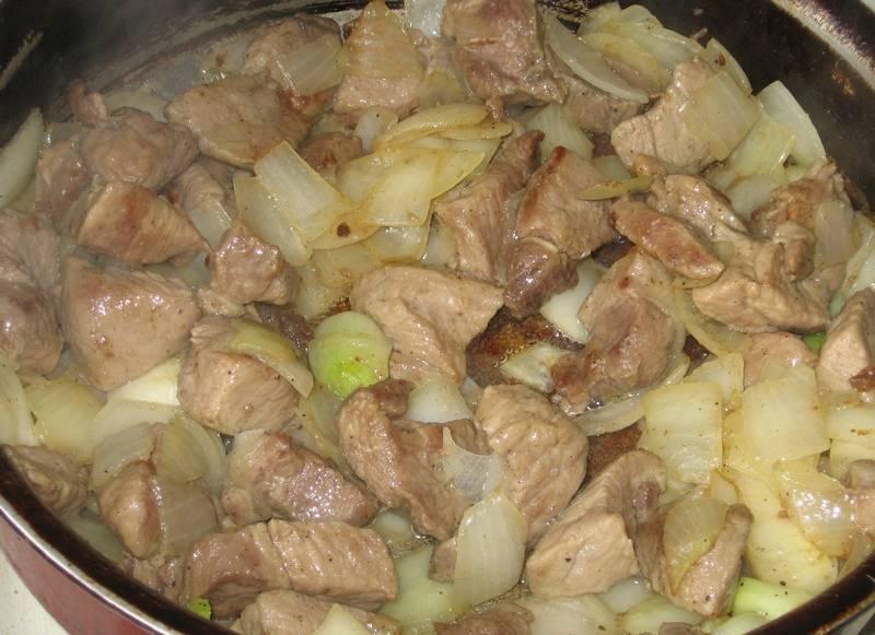2. Можно в этой же сковороде обжарить кусочки мяса до золотистой корочки, а затем добавить лук полукольцами и жарить все вместе, чуть посолив и поперчив.
