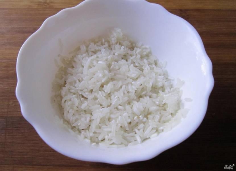 1.Прежде всего займемся рисом: промываем его до чистой воды, а после замачиваем в холодной воде с добавлением щепотки соли на 2 часа.