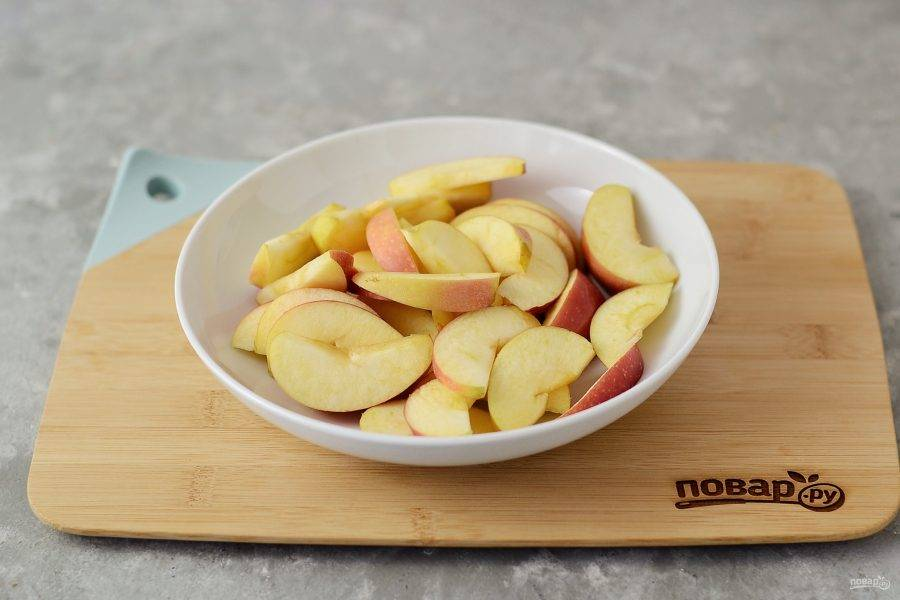 Яблоки помойте, вырежьте сердцевину, нарежьте дольками.