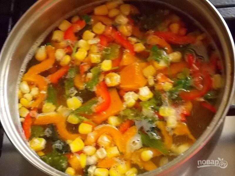 Добавьте в курице перец, кукурузу, зажарку и готовьте в течение 10 минут.