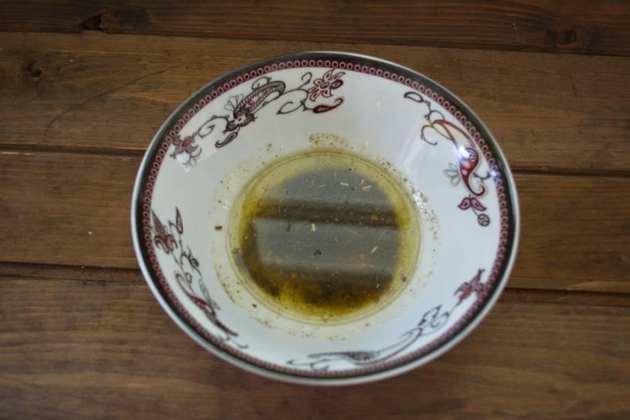 Влейте соевый соус и добавьте растительное масло.