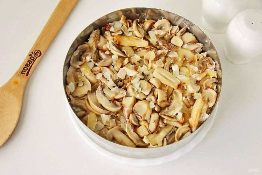 Следующий слой - обжаренные с луком грибы.