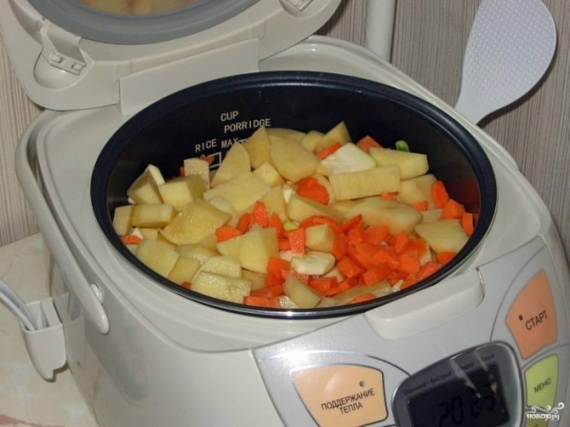 Кабачки, лук, картошку и перец порежьте кубиками. Выложите на дно мультиварки сначала курицу, а потом уже все овощи. Посолите и поперчите. Добавьте любимые специи.
