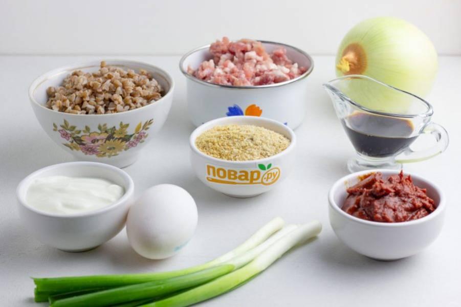 Подготовьте все необходимые ингредиенты. Гречку заранее отварите. Зелень порубите и разделите пополам.