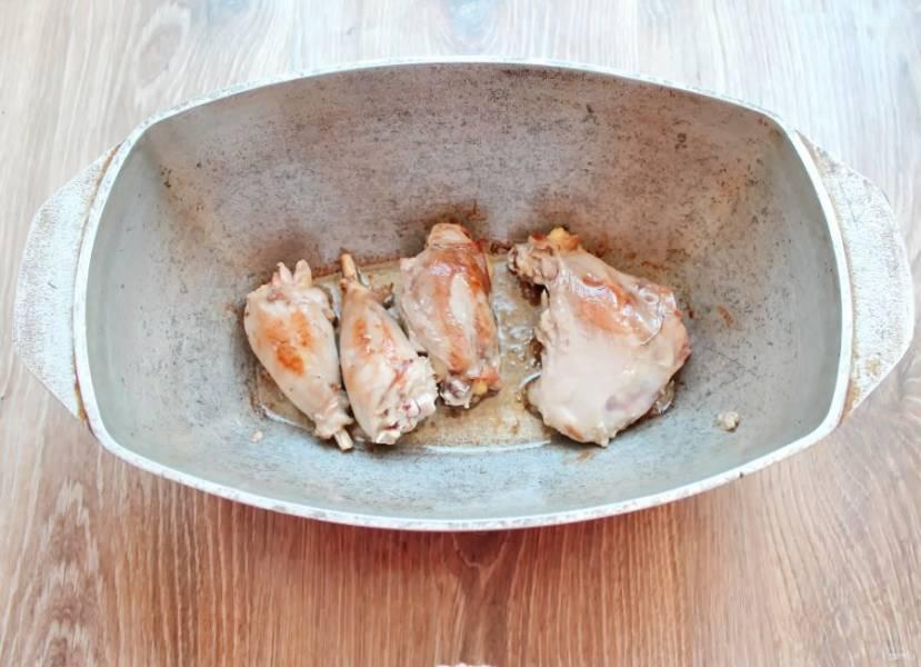 Мясо кролика разделите на кусочки. В казан или утятницу как у меня налейте масло и разогрейте. Обжарьте мясо на среднем огне до золотистой корочки, примерно 5-7 минут.