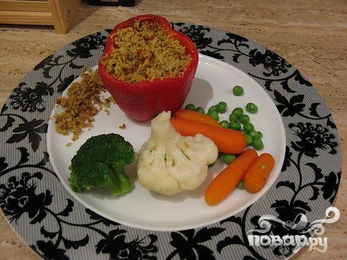 6. Готовый перец и овощи красиво выложите на тарелку, и наслаждайтесь изысканным вкусом и ароматом блюда.