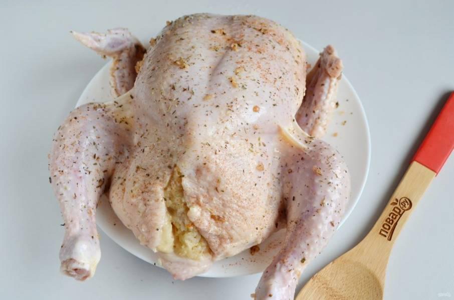 6. Смешайте рис с тушеной капустой, откорректируйте на соль-перец. Этой массой нафаршируйте курочку.