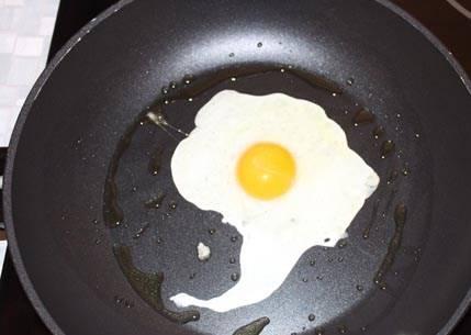 И пока бифштекс доводится до готовности, помоем сковороду, нальем на нее небольшое количество растительного масла, и зажарим одно яйцо, чуть посолив его после готовности.
