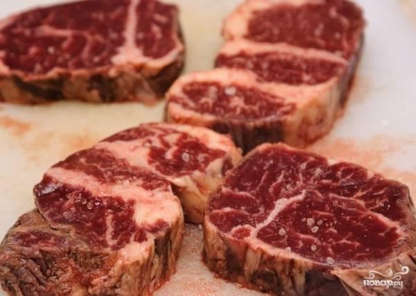 1. Для начала подготовьте мясо: вымойте его, обсушите и нарежьте средними по толщине стейками. Подсолите с двух сторон по вкусу.