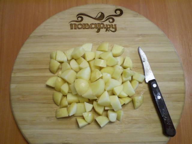 6. Картофель порезать кубиками или соломкой.