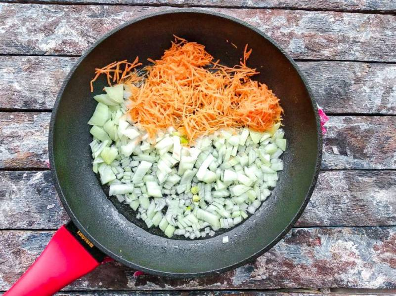 На хорошо разогретой сковороде с небольшим количеством растительного масла обжарьте лук с морковью в течение 3-4 минут.