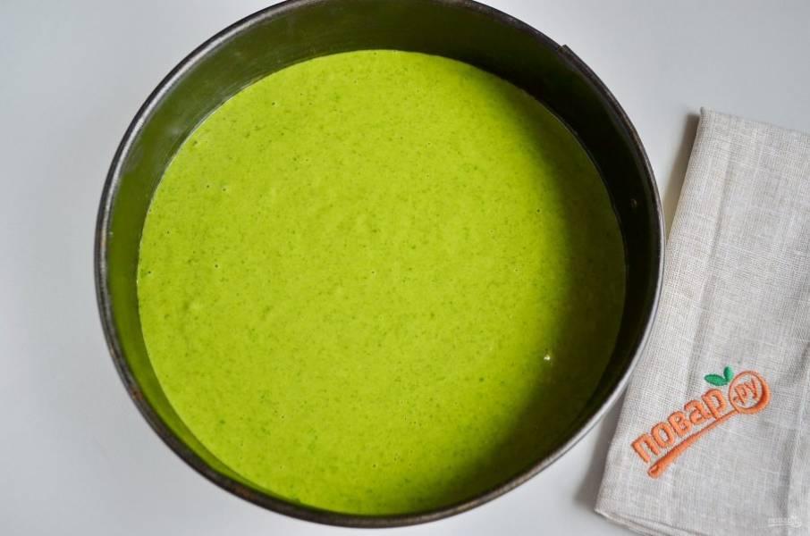 Застелите форму (диаметр 24 см) пергаментом, перелейте тесто и отправьте в горячую духовку на 50 минут.