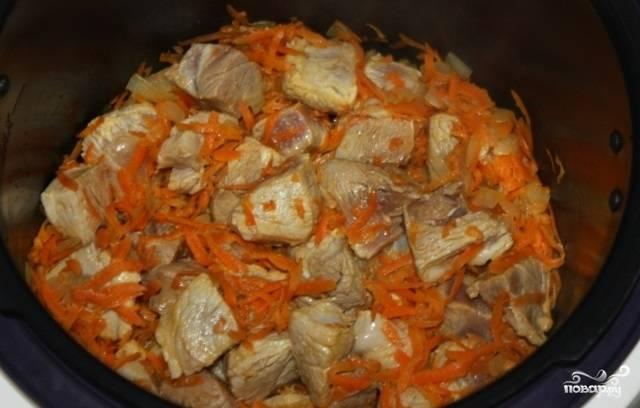 """Потом положите к обжаренным луку с морковью мясо. Готовьте ещё 5 минут. После поставьте режим """"Быстрое приготовление"""" на 20 минут."""