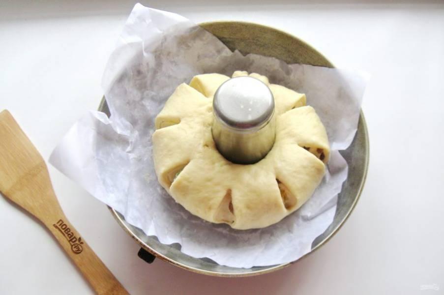 С помощью ножниц, сделайте сбоку пирога надрезы.