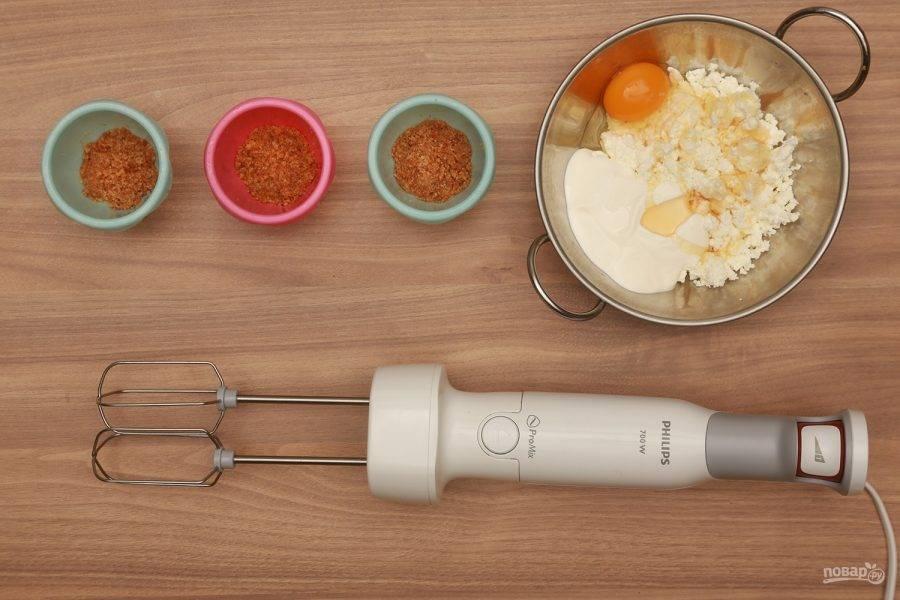 3. Теперь смешиваем творог с йогуртом, яйцом, медом, ягодами или фруктами и сахаром. Снова выливаем в форму и запекаем до готовности.