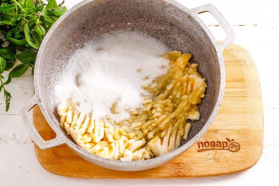 Банан очистите от кожуры и помните вилкой в казане или емкости с антипригарным дном.