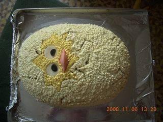 Сливочный крем красим желтым с помощью красителя и обмазываем им поверхность торта.
