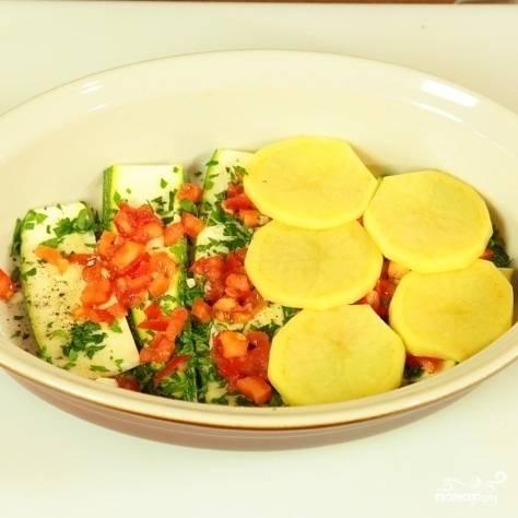 Картофель помыть, почистить и нарезать тонкими дольками. Кабачки вымыть и нарезать на тонкие длинные ломтики. В форму для запекания кладем ломтики кабачка, солим и перчим, кладем немного зелени. Затем положить немного мелко нарезанного чеснока и на мелкие кубики нарезанных помидоров. Далее - слой картофеля, зелени, чеснока, помидоров. Чередуем слои, пока не кончатся ингредиенты.