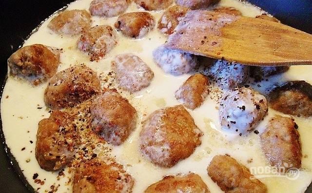 Для соуса вам понадобится сметана и оставшееся молоко. Тщательно смешайте оба ингредиента в миске и вылейте к биточкам в сковородку. Накройте крышкой и тушите их до полной готовности десять минут.