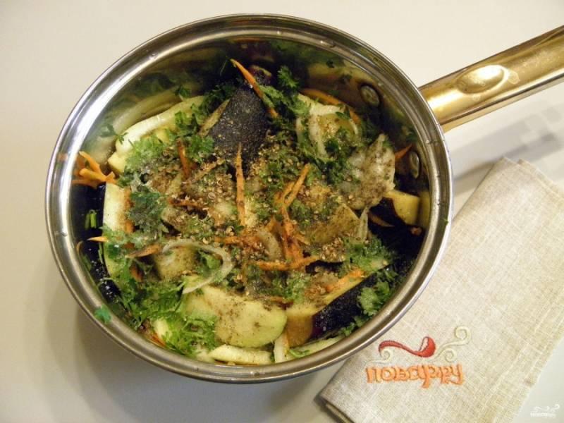 Сложите в кастрюлю с толстым дном все ингредиенты рецепта, включая рубленую зелень петрушки. Добавьте мелко размолотый кориандр. Перемешайте и варите салат на медленном огне 10 минут.