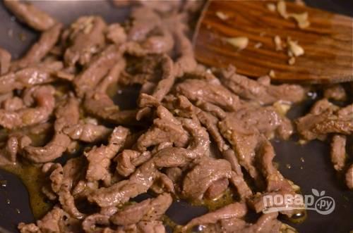 5. Разогрейте сухую сковороду, выложите на неё мясо. Обжаривайте, постоянно помешивая, 2-3 минуты. Важно не передержать мясо!