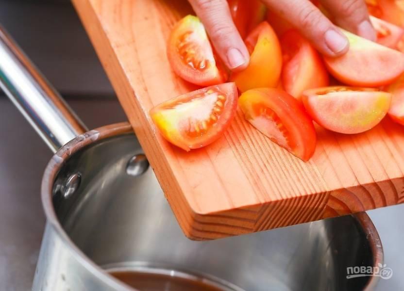 3.Кастрюлю отправьте на огонь, переложите в нее разом все измельченные томаты.
