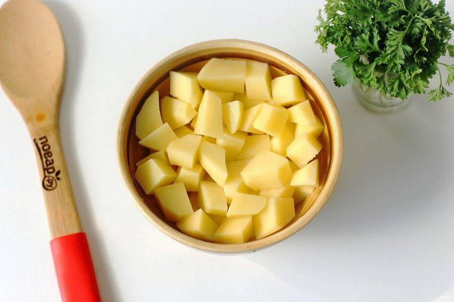 Следом нарежьте кубиками картофель и добавьте в бульон.