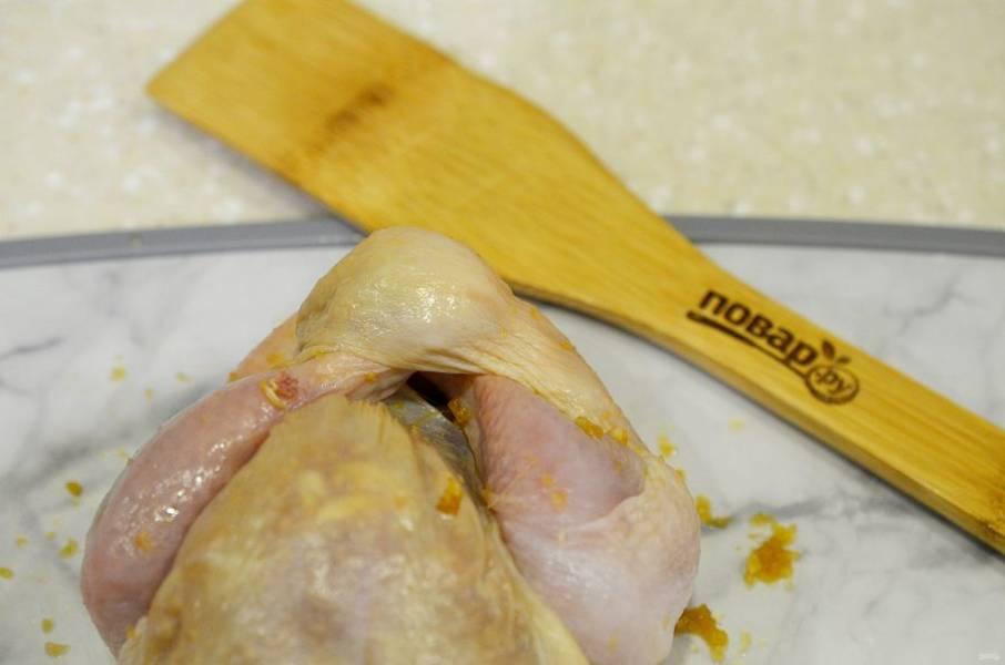 6. Подрежьте шкуру возле одной из ножек. Должна образоваться петелька. Вставляем в эту петельку сначала одну, а затем вторую ножку.