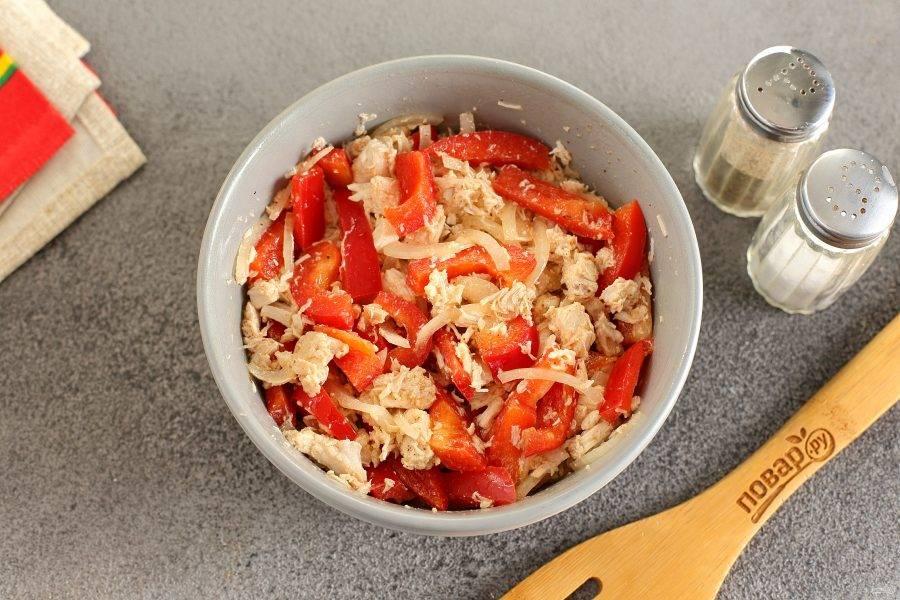 Полейте горячей заправкой салат и быстро все перемешайте. Уберите на несколько часов в холодильник.