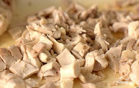 В конце обжаривания грибы посолить, закрыть крышкой и отставить в сторону. Куриное мясо нарезать на небольшие кусочки.