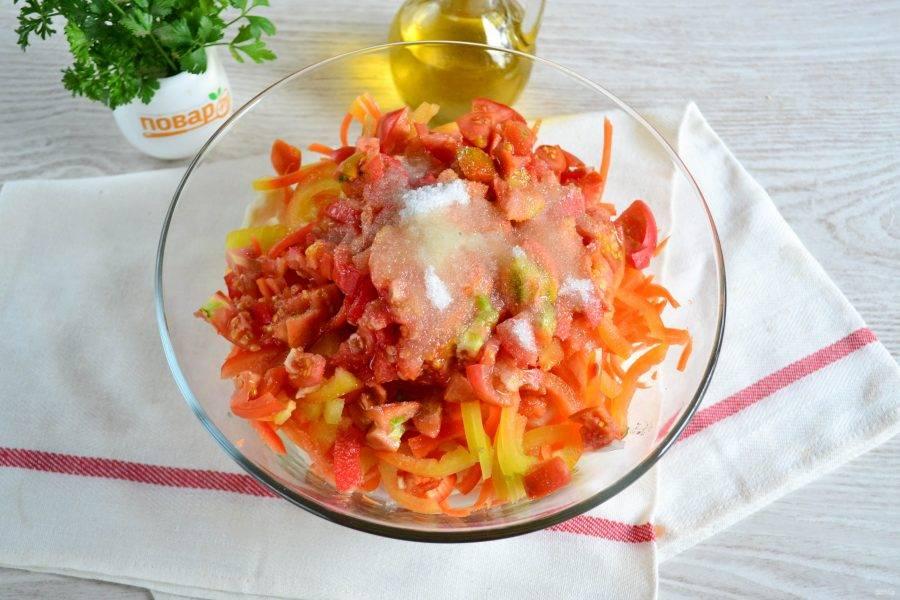 К овощам добавьте соль, сахар, уксус столовый и растительное масло.