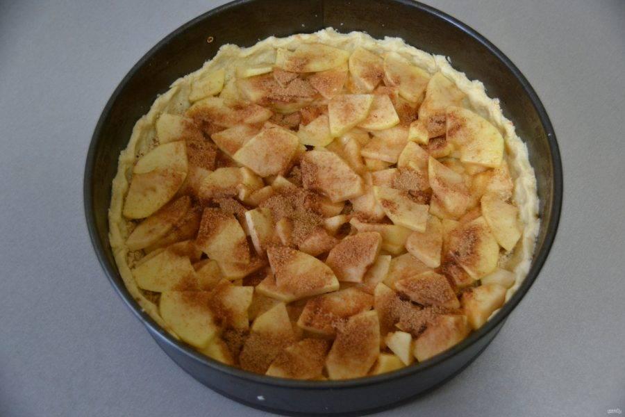 Посыпьте сахарно-коричной смесью яблоки сверху и снова отправьте в духовку на 15 минут.