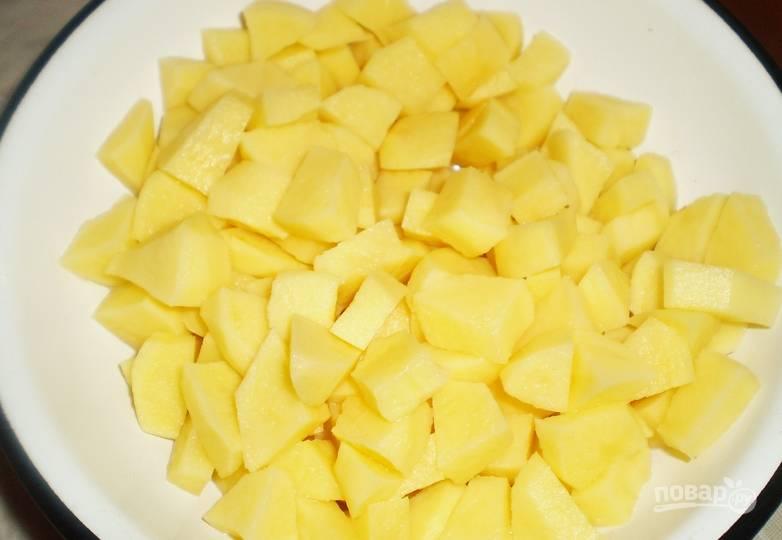 Чистим и нарезаем кубиками картофель.
