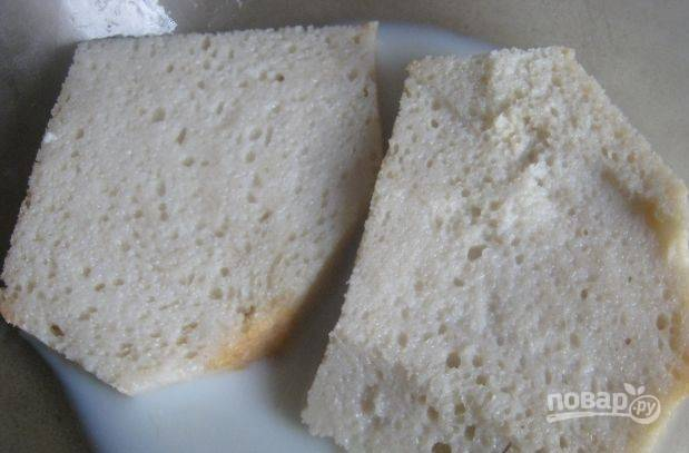 С ломтиков белого батона срежьте корочки. Положите его в миску и залейте молоком. Подождите, пока хлеб впитает в себя молоко. Вместо свежего хлеба можно использовать сухари, а можно — зачерствевший батон.