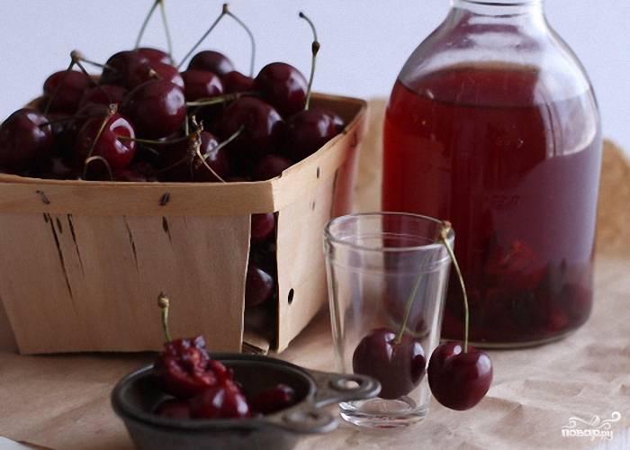 Лучше всего ликер вишневый на вкус охлажденным. Поэтому храните его в морозилке полчаса уже прямо перед подачей.  Наслаждайтесь готовым вишневым ликером в домашних условиях в компании друзей!