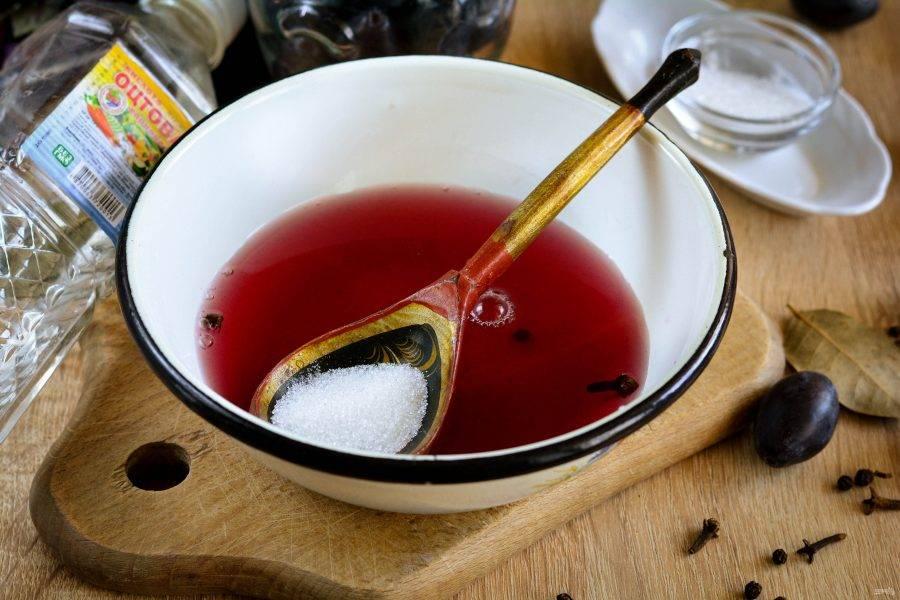 Слейте маринад в миску или кастрюлю, цвет стал насыщенным, сливы отдали сок. Вскипятите маринад и добавьте сахар, влейте уксус, размешайте, маринад готов.