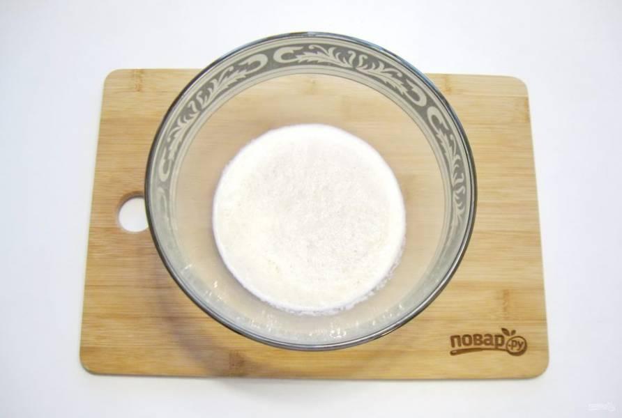 Молоко и воду налейте в миску, подогрейте до температуры 35-37 градусов. Всыпьте сахар и дрожжи, перемешайте.