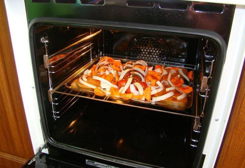Духовку прогреваем до 200 градусов и ставим в нее наше блюдо. Запекаем на средней полке 30-35 минут.