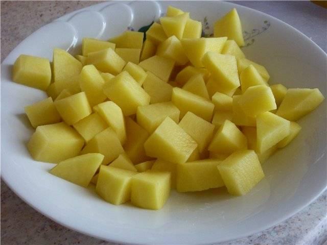 Чистим картофель, нарезаем небольшими кубиками и ставим варить в подсоленной воде.