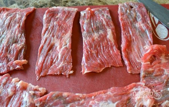 1. Обрежьте мясные стейки от жирных прослоек.