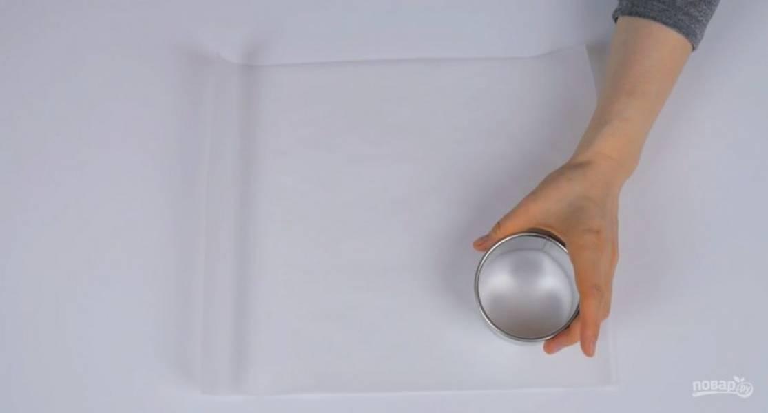 1. На бумаге для выпечки с силиконовым покрытием нарисуйте круги диаметром 8 см. Белки комнатной температуры на малой скорости взбейте с солью до устойчивой массы.